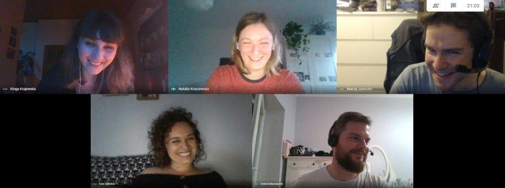Zrzut z ekranu ukazujący śmiejących się autorów tłumaczenia podczas spotkania online